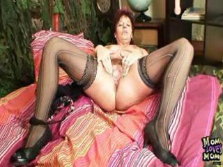 aged amateur mom squeezing her love tunnel muscles
